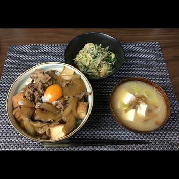 今日のボッチ飯 牛丼とナメコの味噌汁