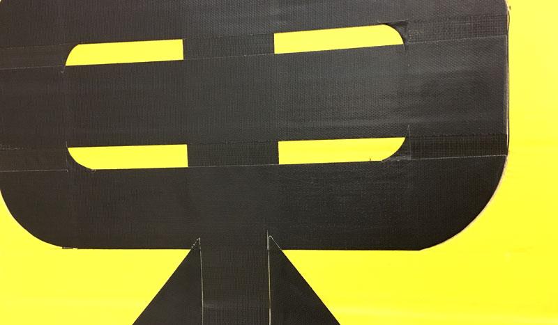 新宿駅構内の仮設案内表示 修悦体ガムテープ
