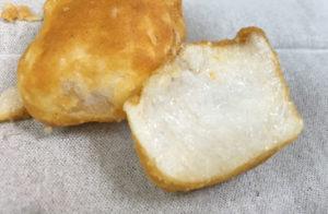 きなこは粉末が飛び散らないように、お菓子の表面に塗りつけてあるような感じです。