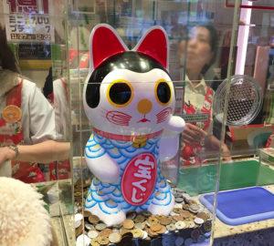 西銀座チャンスセンターの3・5番窓口の招き猫